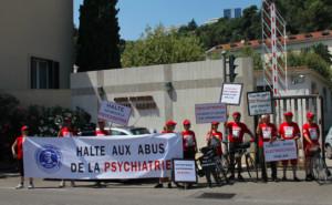 Scientologičtí cyklisté ve Francii demostrují proti zneužívání lidských práv na psychiatrii