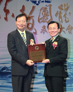 Ministr vnitra Taiwanu Chin Wei-zen předává ocenění Dr. Oliveru Hseuh, Výkonému řediteli Scientologické církve Kaohsiung